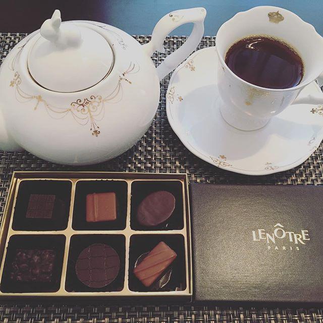 アフタヌーンティーです。ルノートルのプラリネ・ガナッシュアソート。紅茶はマリアージュフレールのアッサムです。#tea #teatime #afternoontea #紅茶 #ティータイム #アフタヌーンティー #chocolate #chocolat #チョコレート #ショコラ #ボンボンショコラ #プラリネ #praliné #praline #ルノートル #lenotre #マリアージュフレール #mariagefreres #assam #アッサム