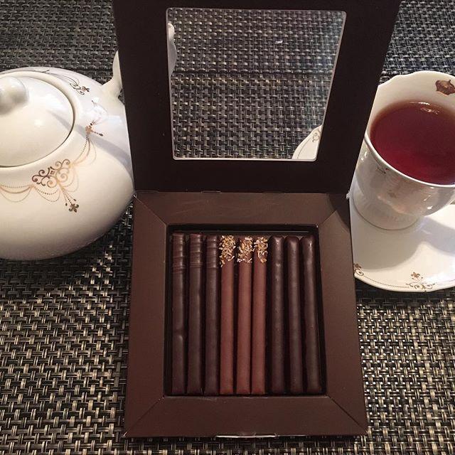 アフタヌーンティーです。ラ・メゾン・デュ・ショコラのバトネ・プラリネ。紅茶はマリアージュフレールのマルコポーロです。#tea #teatime #afternoontea #紅茶 #ティータイム #アフタヌーンティー #chocolate #chocolat #チョコレート #ショコラ #praline #praliné #プラリネ #lamaisonduchocolat #ラ・メゾン・デュ・ショコラ #mariagefreres #マリアージュフレール #marcopolo #マルコポーロ