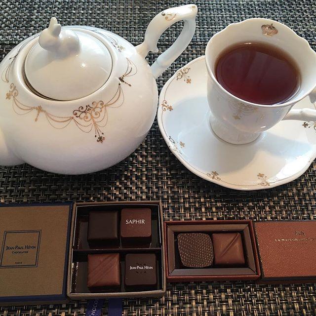 アフタヌーンティーです。ラ・メゾン・デュ・ショコラのアタンション、ジャン=ポール・エヴァンのボワットゥショコラ・オトンヌ。紅茶はテイラーズオブハロゲイトのアールグレイです。#tea #teatime #afternoontea #紅茶 #ティータイム #アフタヌーンティー #chocolate #chocolat #チョコレート #ショコラ #ボンボンショコラ #lamaisonduchocolat #ラメゾンドショコラ #ラメゾンドゥショコラ #jeanpaulhevin #ジャンポールエヴァン #taylorsofharrogate #テイラーズオブハロゲイト #earlgrey #アールグレイ