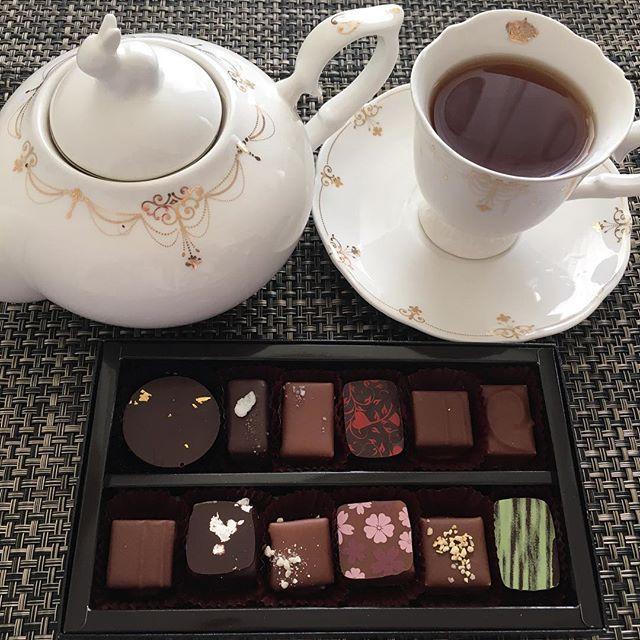 あげ忘れてたアフタヌーンティーです。ショコラトリー パレドオールのボンボンショコラ。紅茶はマリアージュフレールのマルコポーロです。#tea #teatime #afternoontea #紅茶 #ティータイム #アフタヌーンティー #chocolate #chocolat #チョコレート #ショコラ #ボンボンショコラ #paletdor #パレドオール #mariagefreres #mariagefrères #マリアージュフレール #marcopolo #マルコポーロ