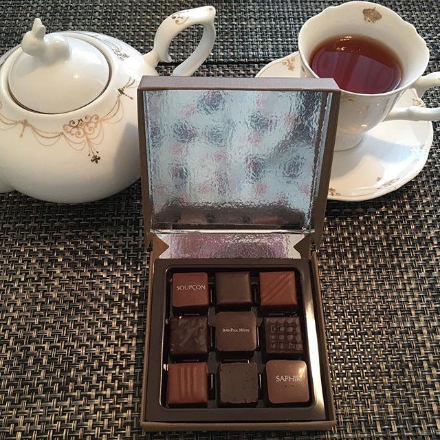 アフタヌーンティーです。ジャン=ポール・エヴァンのカーヴ・ア・ショコラ・オ・トンヌ。紅茶はテイラーズオブハロゲイトのアールグレイです。#tea #teatime #afternoontea #紅茶 #ティータイム #アフタヌーンティー #chocolate #chocolat #チョコレート #ショコラ #ボンボンショコラ #taylorsofharrogate #テイラーズオブハロゲイト #earlgrey #アールグレイ
