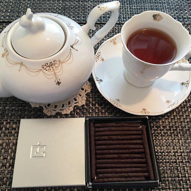 アフタヌーンティーです。ジャック・ジュナンのケッパーバトン。紅茶はテイラーズオブハロゲイトのアールグレイです。#tea #teatime #afternoontea #紅茶 #ティータイム #アフタヌーンティー #chocolate #chocolat #チョコレート #ショコラ #プラリネ #praline #praliné #jacquesgenin #ジャックジュナン #taylorsofharrogate #テイラーズオブハロゲイト #アールグレイ #earlgrey