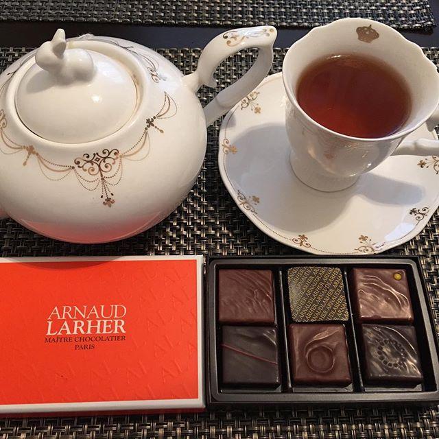 アフタヌーンティーです。アルノー・ラエールのボンボンショコラ。紅茶はテイラーズオブハロゲイトのオーガニック・ペパーミントです。#tea #teatime #afternoontea #紅茶 #ティータイム #アフタヌーンティー #chocolate #chocolat #チョコレート #ショコラ #ボンボンショコラ #プラリネ #praline #praliné #arnaudlarher #アルノーラエール #テイラーズオブハロゲイト #taylorsofharrogate #オーガニックペパーミント #organicpeppermint