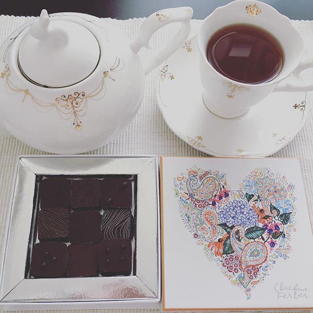 アフタヌーンティーです。クリスティーヌ・フェルベールのショコラ アソート クール ド フルール ドゥ ロートンヌ 秋。紅茶はテイラーズオブハロゲイトのアールグレイです。#tea #teatime #afternoontea #紅茶 #ティータイム #アフタヌーンティー #chocolate #chocolat #チョコレート #ショコラ #ボンボンショコラ #プラリネ #praline #praliné #christineferber #クリスティーヌフェルベール #テイラーズオブハロゲイト #taylorsofharrogate #earlgrey #アールグレイ