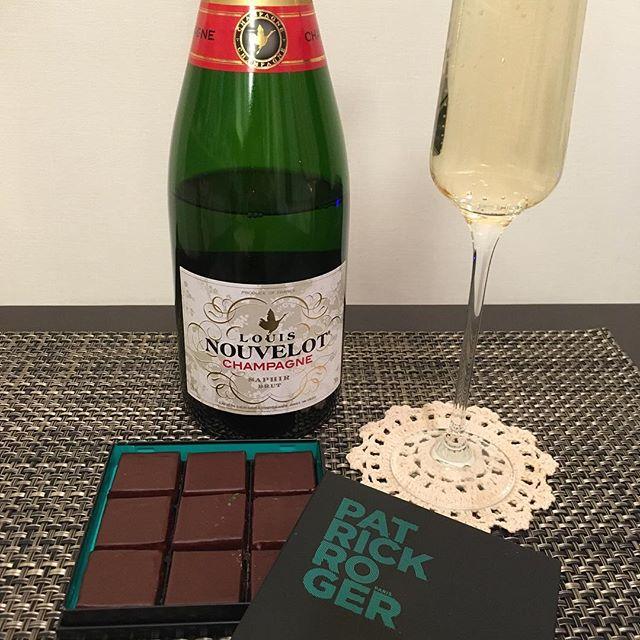 ハッピーバレンタイン♪今日はアフタヌーンティー…ではないです(笑)パトリック・ロジェのショコラアソート。紅茶…ではなくシャンパンで。#chocolate #chocolat #チョコレート #ショコラ #ボンボンショコラ #パトリックロジェ #patrickroger #プラリネ #praline #praliné #シャンパン #chanpagne
