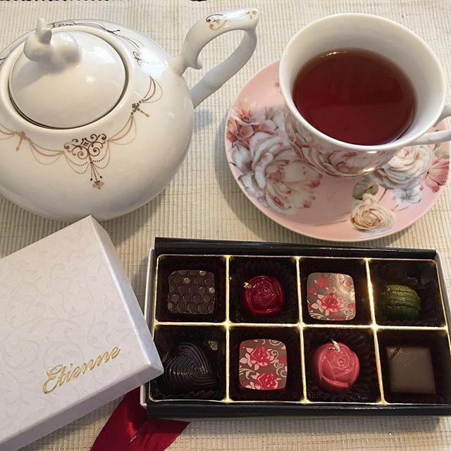 アフタヌーンティーです。パティスリー エチエンヌのアムール・デュ・ショコラ 2017。紅茶はラデュレのマリーアントワネットです。#tea #teatime #afternoontea #紅茶 #ティータイム #アフタヌーンティー #chocolate #chocolat #チョコレート #ショコラ #ボンボンショコラ #プラリネ #praline #praliné #etienne #エチエンヌ #takashimaya #高島屋 #アムールデュショコラ2017 #アムールデュショコラ #amourduchocolat #ベルサイユの薔薇 #ベルばら #laduree #ladurée #ラデュレ #マリーアントワネット #marieantoinette
