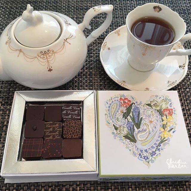 アフタヌーンティーです。クリスティーヌ・フェルベールのショコラ アソート クラシック クール ド フルール デュ プランタン 春。紅茶はテイラーズオブハロゲイトのアールグレイです。#tea #teatime #afternoontea #紅茶 #ティータイム #アフタヌーンティー #chocolate #chocolat #チョコレート #ショコラ #ボンボンショコラ #プラリネ #praline #praliné #christineferber #クリスティーヌフェルベール #taylorsofharrogate #テイラーズオブハロゲイト #earlgrey #アールグレイ