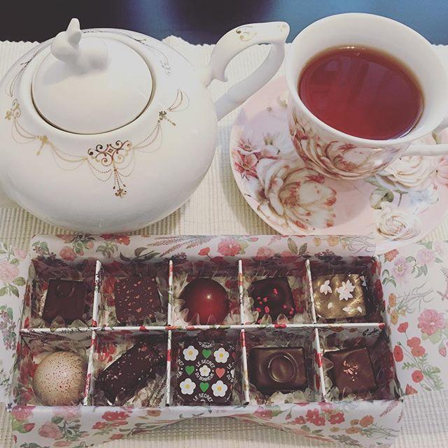 アフタヌーンティーです。サロン・デュ・ショコラのセレクションボックスⅢ フルール。紅茶はラデュレのマリーアントワネットです。#tea #teatime #afternoontea #紅茶 #ティータイム #アフタヌーンティー #chocolate #chocolat #チョコレート #ショコラ #ボンボンショコラ #サロンデュショコラ #サロンデュショコラ2017 #salonduchocolat #セレクションボックス #フルール #selectionbox #fleur #ladurée #laduree #ラデュレ #マリーアントワネットティー #marieantoinette #マリーアントワネット