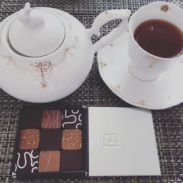 モーニングティーです。ジャック・ジュナンのショコラアソート。紅茶はマリアージュフレールのマルコポーロです。#tea #teatime #afternoontea #紅茶 #ティータイム #アフタヌーンティー #chocolate #chocolat #チョコレート #ショコラ #ボンボンショコラ #プラリネ #praliné #praline #jacquesjanine #ジャックジュナン #mariagefreres #マリアージュフレール #marcopolo #マルコポーロ