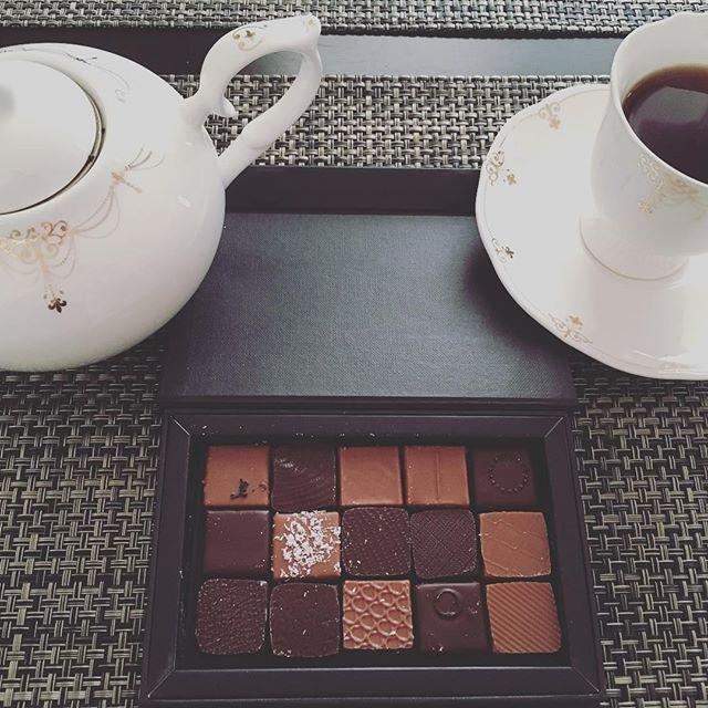 モーニングティーです。モリヨシダのショコラアソート。紅茶はマリアージュフレールのロシアンブレックファーストです。#tea #teatime #afternoontea #紅茶 #ティータイム #アフタヌーンティー #chocolate #chocolat #チョコレート #ショコラ #ボンボンショコラ #プラリネ #praliné #praline #モリヨシダ #moriyoshida #マリアージュフレール #mariagefreres #ロシアンブレックファースト #russianbreakfast
