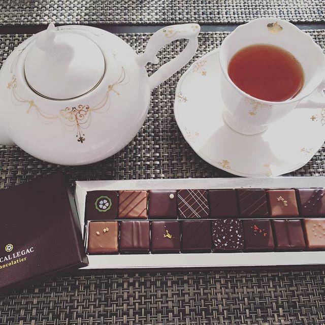 モーニングティーです。パスカル・ルガックのボンボンショコラ。紅茶はユーゴ・エ・ヴィクトールのジャルダン・オーギュスタンです。#tea #teatime #afternoontea #紅茶 #ティータイム #アフタヌーンティー #chocolate #chocolat #チョコレート #ショコラ #ボンボンショコラ #プラリネ #praline #praliné #パスカルルガック #pascallegac #hugoetvictor #hugoandvictor #ユーゴエヴィクトール #ユーゴアンドビクトール #ジャルダンオーギュスタン