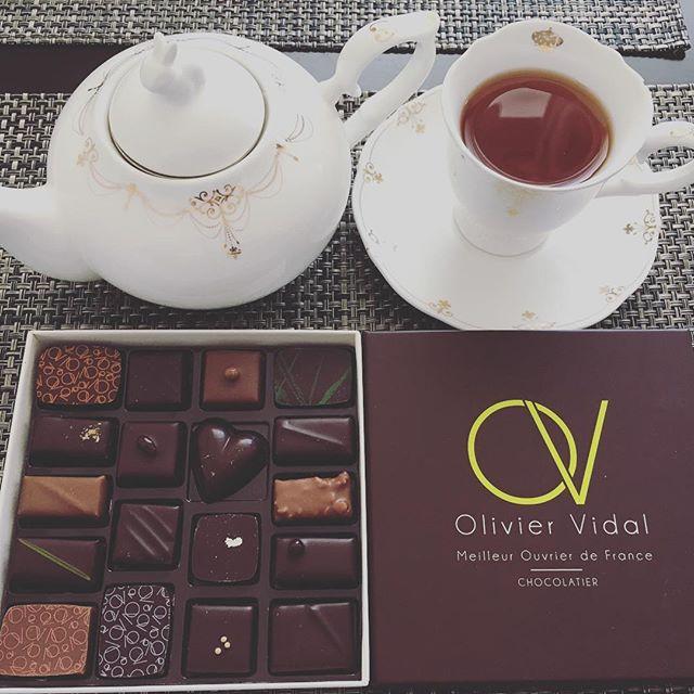 アフタヌーンティーです。オリヴィエ・ヴィダルのショコラアソート。紅茶はユーゴ・エ・ヴィクトールのグレイシャです。#tea #teatime #afternoontea #紅茶 #ティータイム #アフタヌーンティー #chocolate #chocolat #チョコレート #ショコラ #ボンボンショコラ #プラリネ #praline #praliné #oliviervidal #オリヴィエヴィダル #オリビエビダル #hugoandvictor #hugoetvictor #ユーゴエヴィクトール #ユーゴアンドヴィクトール #グレイシャ #アールグレイ #earlgrey